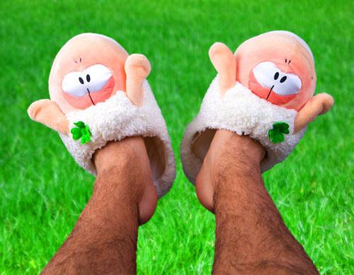 Illustrasjon: Trend for 2010? Mann med rosa tøfler