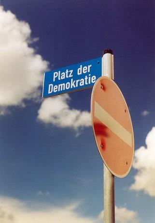 Bilde viser et forbudskilt på Platz der Demokratie
