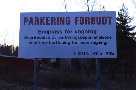 Overskriften p skiltet er Parkering forbud