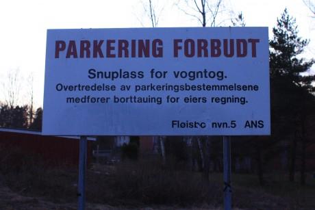 Overskriften på skiltet er Parkering forbud